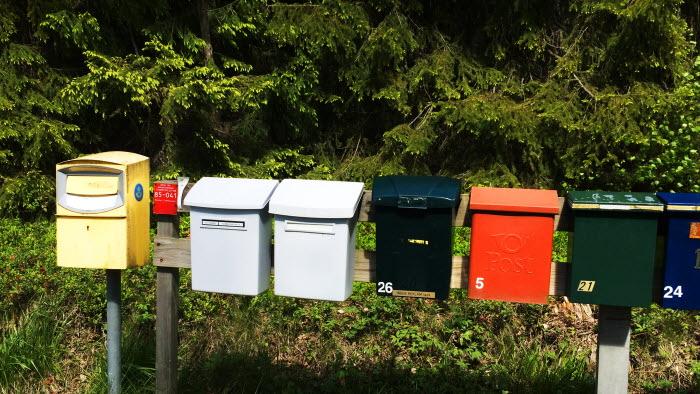En rad brevlådor