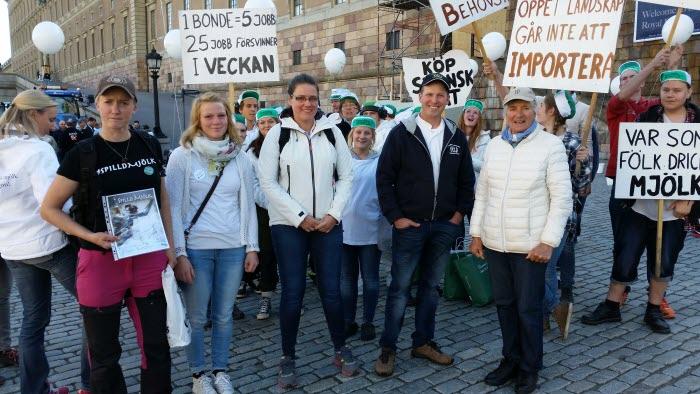 LRF Dalarna på plats på Mynttorget för manifestation för mjölken