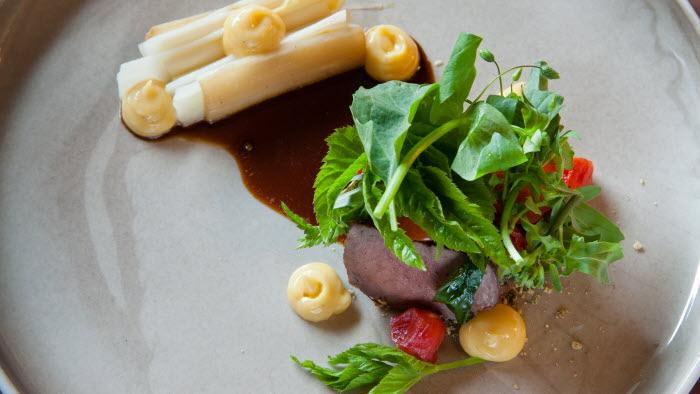Hjortytterfilé med vit sparris, syltad semitorkad tomat och semitorkad tomatfilé