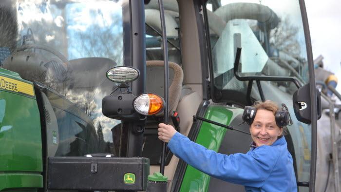 Jeanette Elander, Äs gård, på väg upp i en traktor
