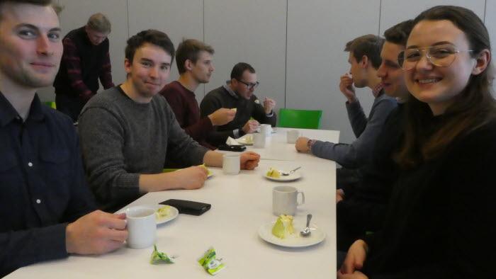 Tårta på Vreta. Fredrik Karlsson, Karl-Johan Persson, Johan Ahlsén och Frida Hannell och deras kurskamrater firar att driftsledarutbildningen fortsätter.