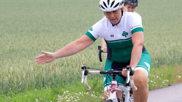 Jeanette Blackert i LRFs cykelmundering visar vägen på landsvägen