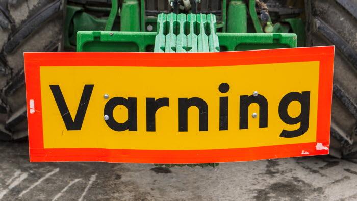 Traktor med varningsskylt, Esplunda Lantbruk. Foto: Ester Sorri.