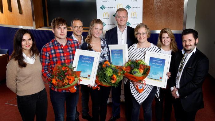 Gruppbild med jury och vinnarna av Kunskapsprogrammet 2015