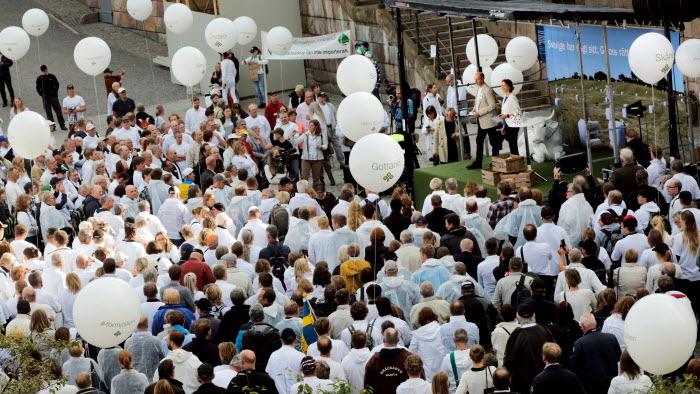 Idag, den 21 september, anordnar LRF en manifestation för svensk mjölk och svenskt lantbruk på Mynttorget i centrala Stockholm. I samband med den överlämnar LRFs förbundsordförande Helena Jonsson namninsamlingen till Sven-Erik Bucht