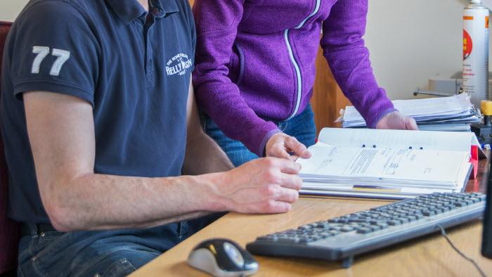 Två företagare samarbetar på kontor
