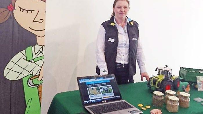 Jeanette Blackert visar Bonden i Skolan vid Linköpings läromedelsmässa