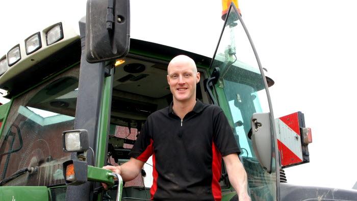 Alfred Olofsson vid traktor