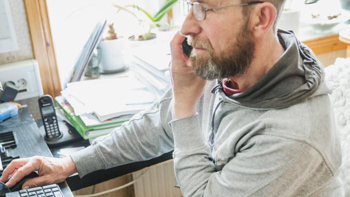 Företagare på kontor med telefon och dator