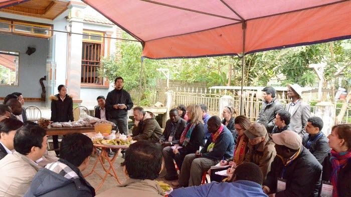 Möte med Kanel-trädsbrukarförening nära Kinesiska gränsen.