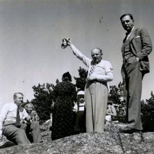 Anders Bjelle, alias Enok Tonfagre, kallar till matorgier på Byrålådans sommarutflykt till Vindåsen. 1937.