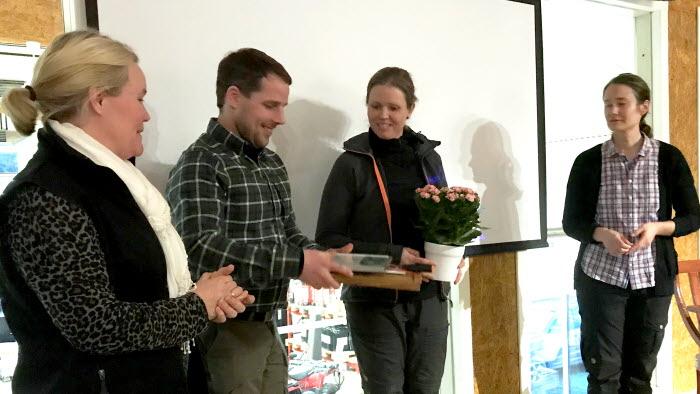 Erik Wigström och Emma Nilsson tar emot pris