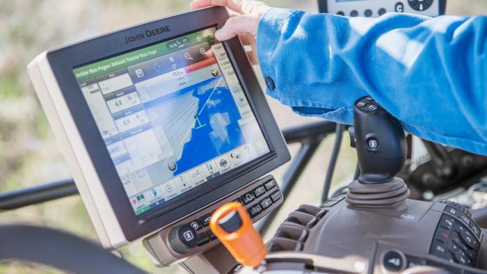 Företagare trycker på panel i traktor