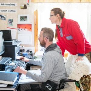 Två företagare på kontor med dator