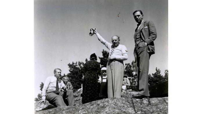 Anders Bjelle, alias Enok Tonfagre, kallar till matorgier på Byrålådans sommarutflykt till Vindåsen. (1937)