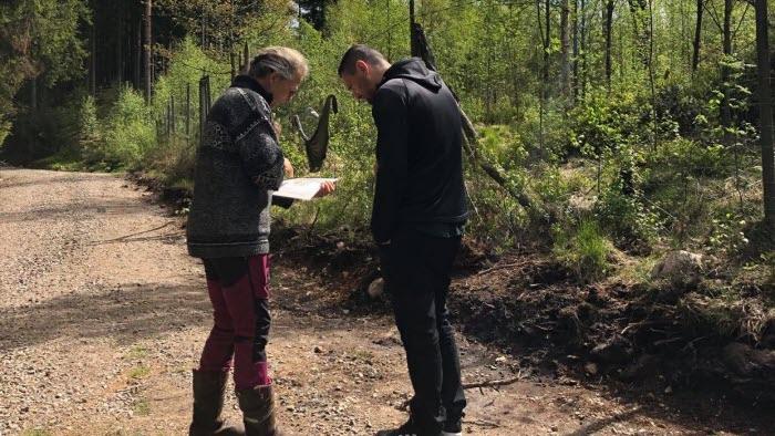 Mathilda visar skogsskiften för Adnan Dibrani (S)
