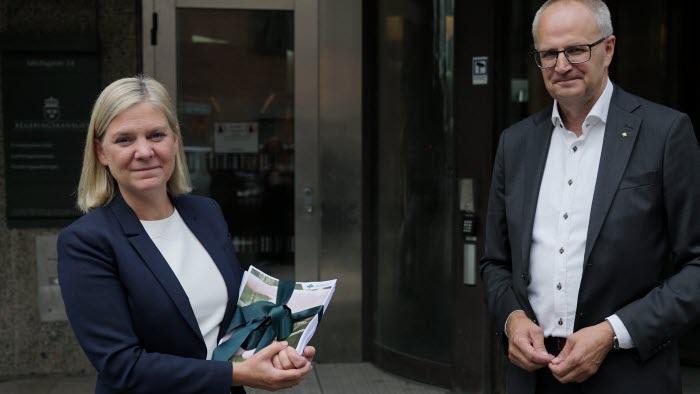 Magdalena Andersson tar emot de 40 000 namnunderskrifter som LRF samlade ihop på drygt en vecka i Rädda den svenska maten-kampanjen.
