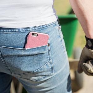 Närbild på företagares bakficka med telefon