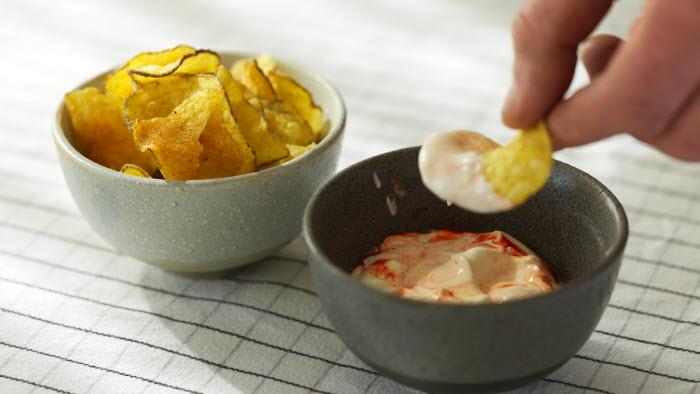 Chips med dipp i skålar.
