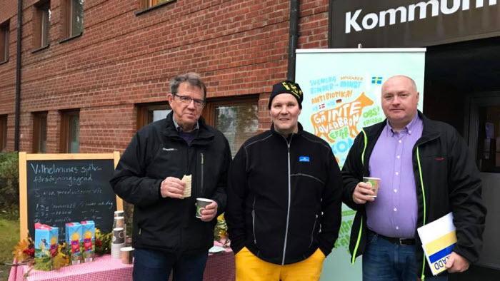 Mjölkbonden Håkan Mattsson med vårt kommunalråd Mikael Österberg och Näringslivschefen Jonerik Halvarsson.