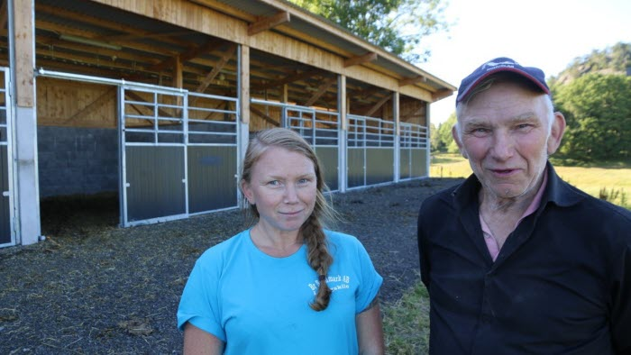 Karin Cederberg, Sune Hjerpe, Gusseröd , nybyggt stall kvinna man utomhus byggnad
