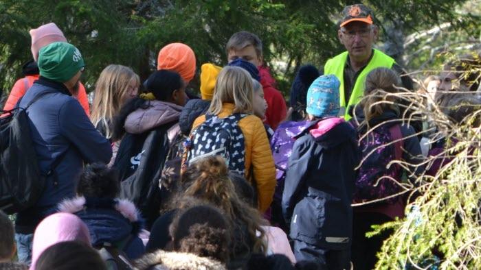 Elever lär sig om skog och jakt på Bonden i skolan på Berga naturbruksgymnasium