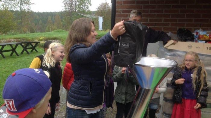 Klass 2 från Gula skolan i Fristad tog med sig egna äpplen till musteriet