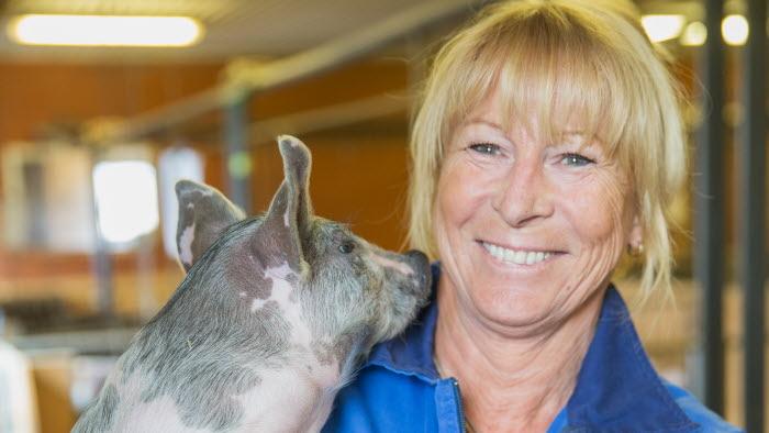 Margareta Åberg håller i gris