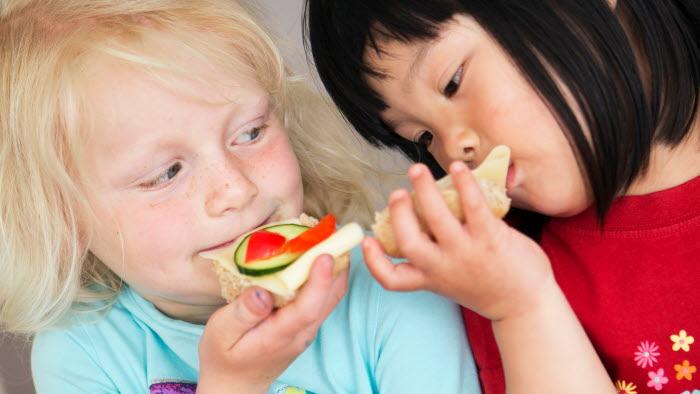 Femåringar äter mellanmål