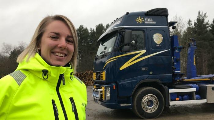 Årets yrkeslärare Sandra Petersson framför lastbil på Vreta