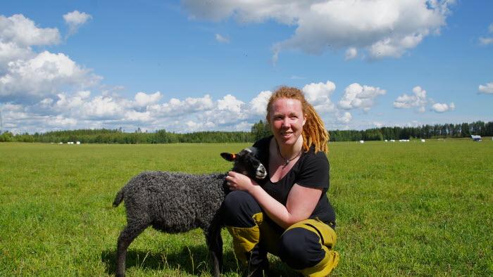 Josefin Lundberg, Eufåria, med lamm utomhus