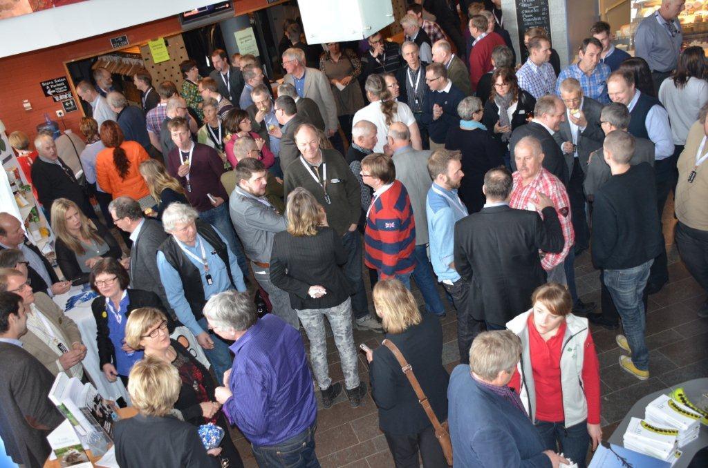 Diskussionen var intensiv i fruktpausen vid LRF Västra Götalands regionstämma 24 mars på Vara Konserthus. Foto: Lotta Bäckberg