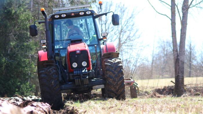 Traktor plöjer