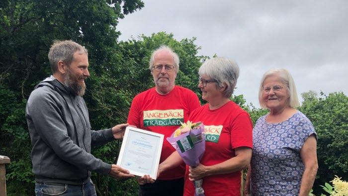 Henrik Nisser, LRF Karlstad, överlämnar hedersutmärkelse till Anna Wilén, Sune Sandström och Elsie Johansson, Ängebäck Trädgård