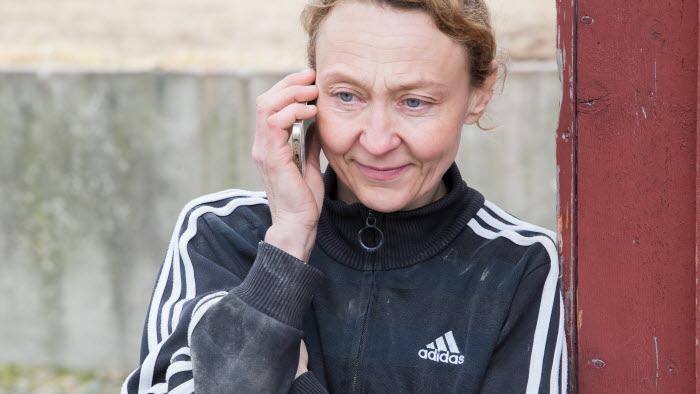 Företagare pratar i telefon