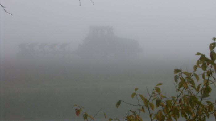 Traktor i dimma