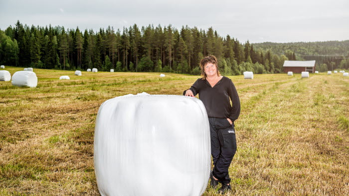 Lotta Folkesson vid rundbal på fält i Vännäs
