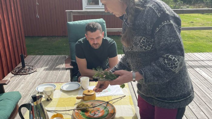 Mathilda visar Adnan Dibrani hur hennes skogsfastighet ser ut