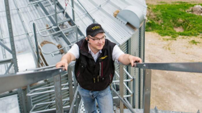 Man på väg upp i silon, på Esplunda Gård. Fotograf: Ester Sorri