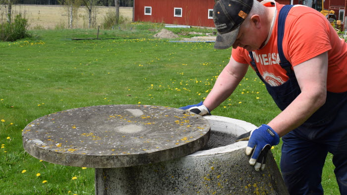 Lantbrukare Ingemar Lundqvist kontrollerar vattennivån i sin brunn