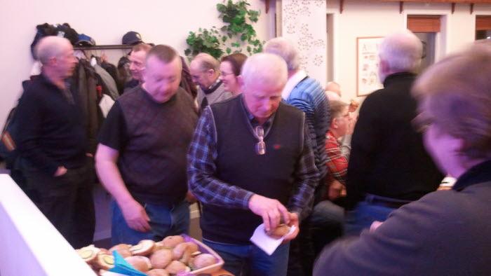Deltagarna lät sig väl smaka av fikat under årsmötet med Herrljunga kommungrupp på Gäsene Mejeri. Foto: Mona Lennartson