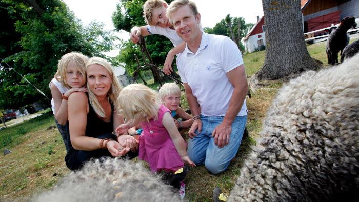 Familjen Nilsson/Andersson som driver Garaute gård på Gotland består av\nmamma Jenny Andersson pappa Kjell Nilsson med barnen Alva 2 år ,Erik 9 år Edvin 10 år och Aton 13 år.