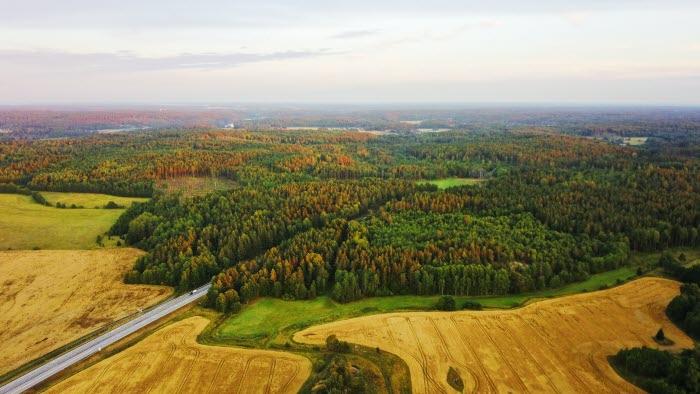 Flygfoto av landskap med väg