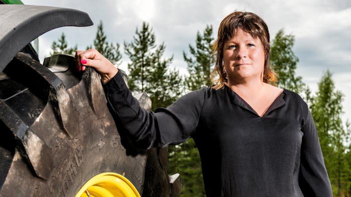 Porträtt Lotta Folkesson vid jordbruksmaskin