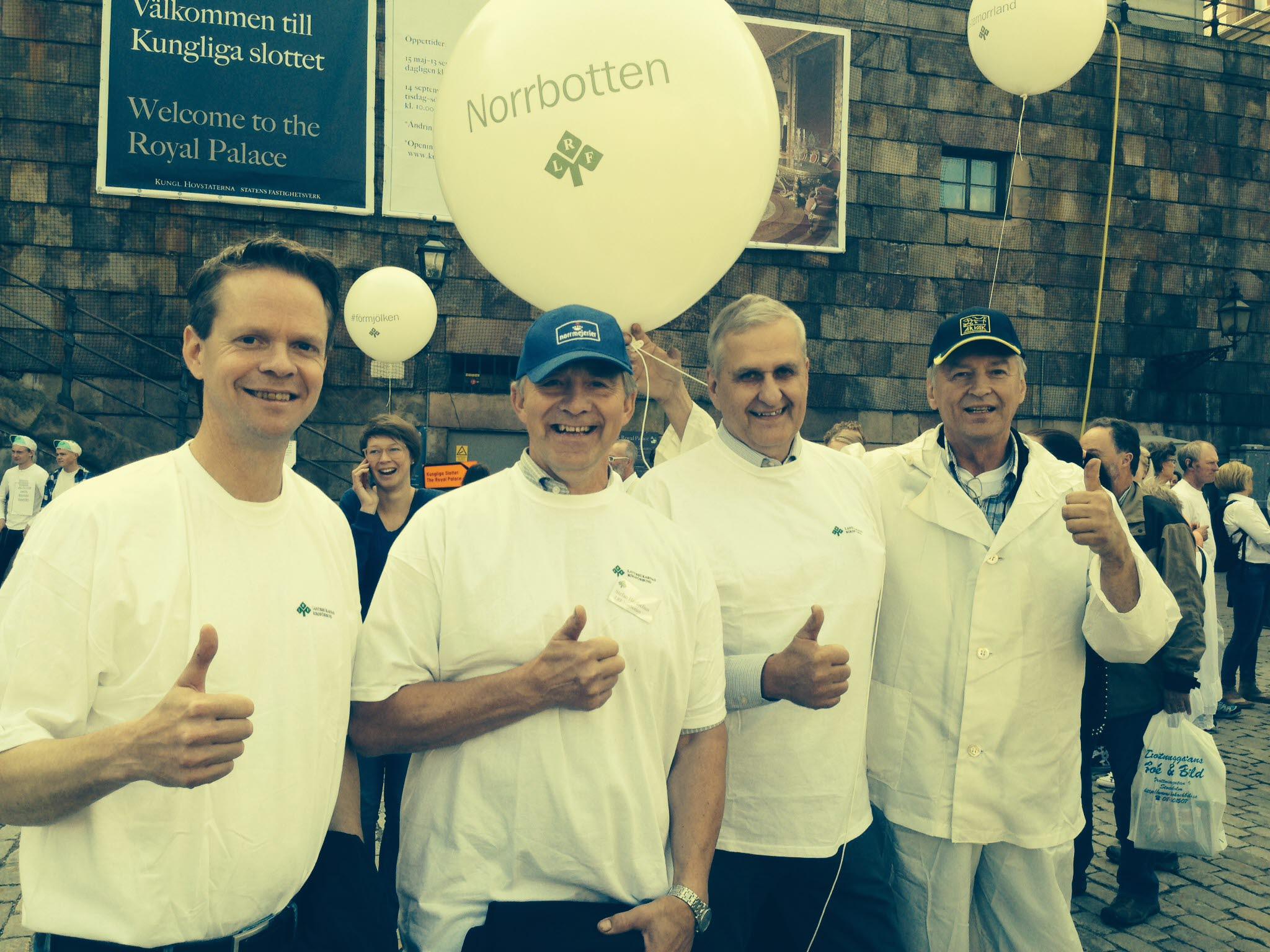 Representanter för LRF Norrbotten vit manifestationen för mjölken på Mynttorget, Stockholm