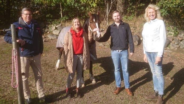 ohan Büser, Mattias Jonsson och Gunilla Carlsson (S) på gårdsbesök hos Helena Richardsson