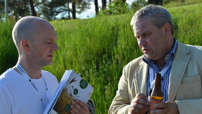 Stefan Lennartsson, Falköpings Mejeri och Stefan Brunander samtaar om första dagens stämma. Foto: Robert Larsson