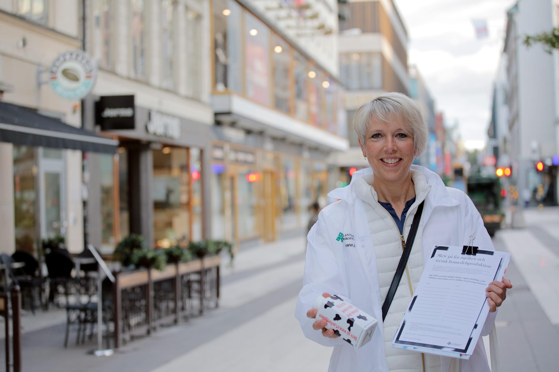 I samband med LRFs manifestation för mjölken delar förbundsordföranden Helena Jonsson ut mölk på Drottninggatan i Stockholm