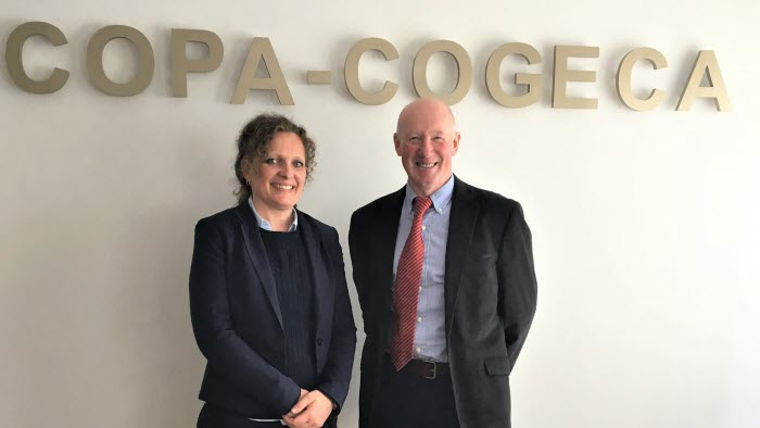 Erica Lindberg och ordförande för Copa Cogeca Horse James Murphy från Irland