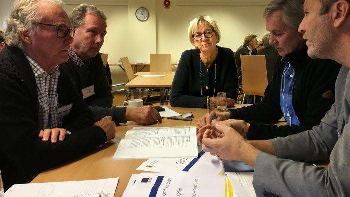 Landshövding Liselott Hagberg pratar grön infrastruktur med Lars Wigren, Karl-Göran Karltorp, Lars-Göran Andersson och Karl Ingvarson.